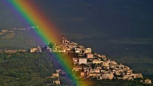Regenboog bij Trevi in Umbrië van Vincent van Kooten
