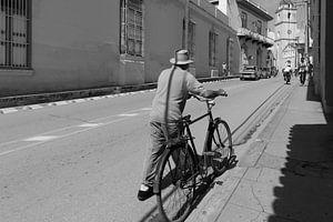 Man met de fiets van