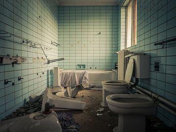 Badezimmer in baufälliger Villa von Art By Dominic