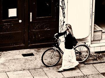 Femme à vélo sur Kim Verhoef
