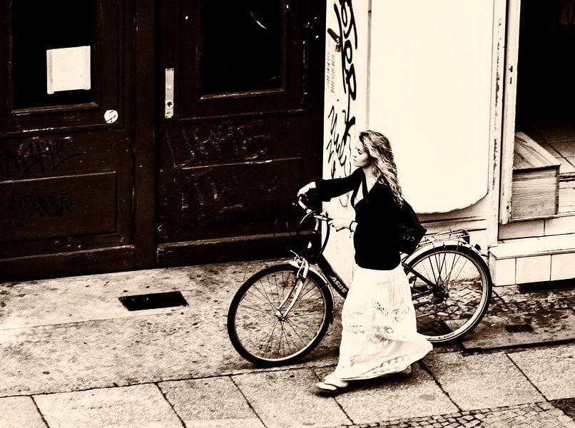 Vrouw met fiets van Kim Verhoef