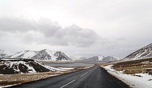 weg in het winterandschap in ijsland van