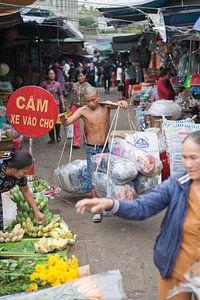 Ladingsdrager op een markt in Vietnam
