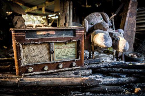 Een oude radio met knuffel op een verlaten locatie van