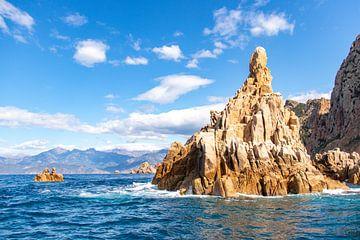 Schöne Felsen und Wellen im Scandola-Naturpark in Korsika von Martijn Joosse