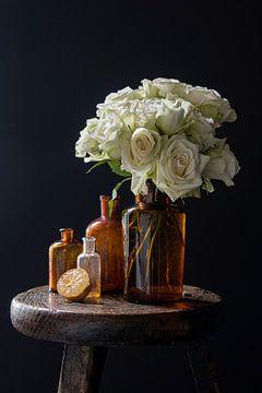 Stilleven met witte rozen en citroen