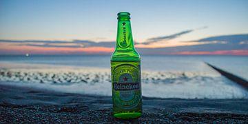 Verfrissend biertje tijdens zonsondergang.  van Frank Van der Werff
