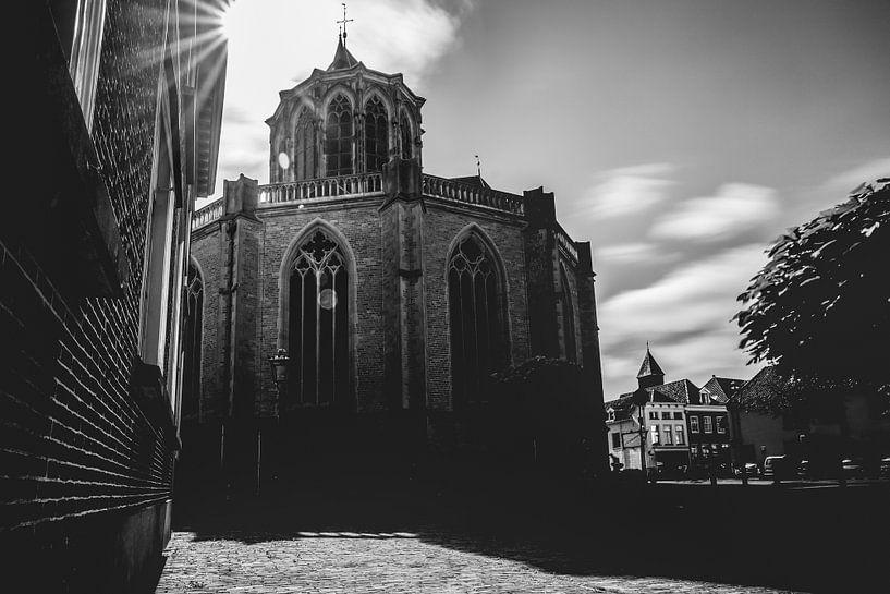 Zwart wit foto van imposante gotische kerk van de hanzestad Kampen van Fotografiecor .nl