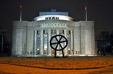 Theater Volksbühne op Rosa-Luxemburg-Platz in Oost-Berlijn van Silva Wischeropp