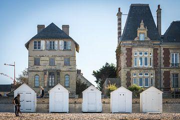 Metalldetektor in den Strandhäusern von Lion-sur-Mer (Schwerterstrand) von Paul van Putten