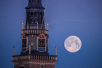 Waagtoren Alkmaar met de Maan van Sven van der Kooi