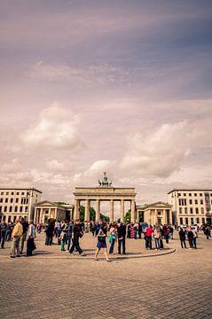 Toeristische drukte bij de Brandenburger Tor, Berlijn van Sven Wildschut