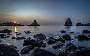 Cyclopen rotsen voor de Siciliaanse kust bij zonsopkomst