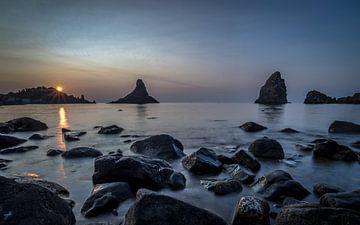 Cyclopen rotsen voor de Siciliaanse kust bij zonsopkomst van Mario Calma