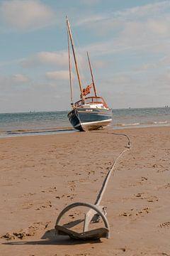 Kleines Boot am Strand von Youp Lotgerink