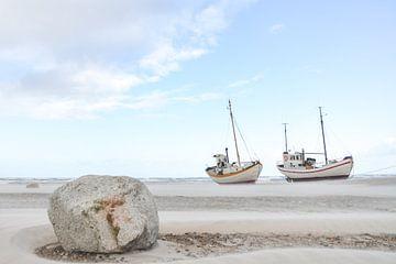 Boote am Strand von Marieke de Jong