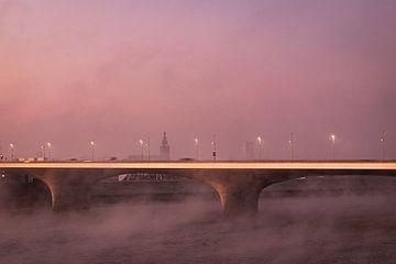Waalbrug bij Nijmegen met St. Stevenskerk in de vroege ochtendmist van Rianne Groenveld