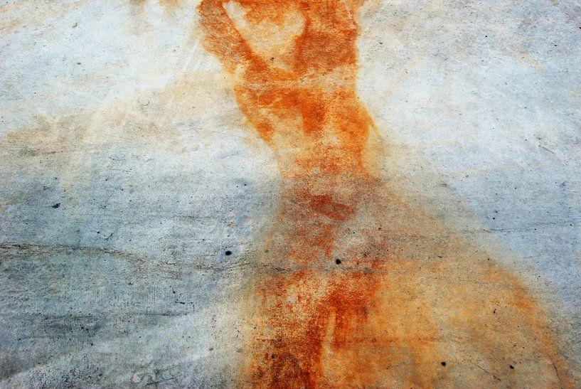 Vrouw figuur in oranje van Annemie Hiele