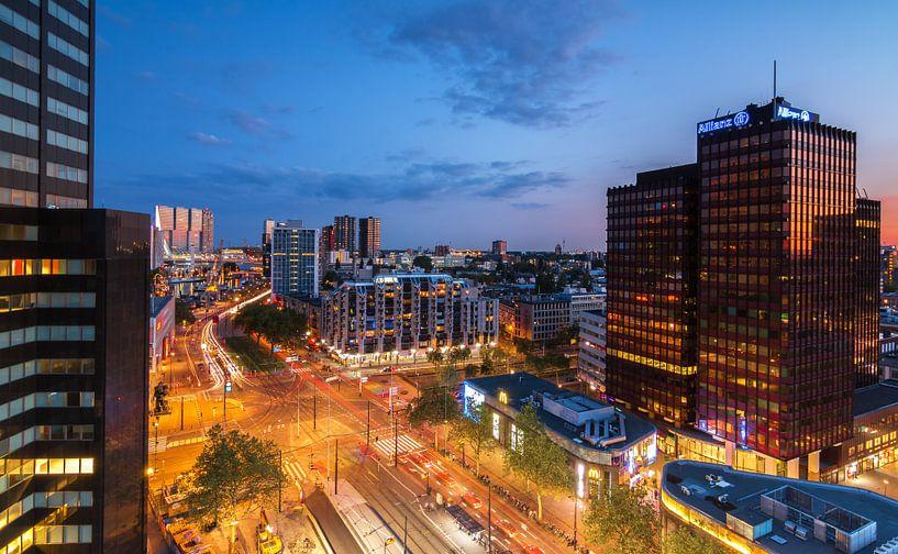 Churchillplein Rotterdam by night van Ilya Korzelius