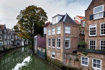 Historische gebouwen langs gracht Voorstraathaven in Dordrecht van Peter de Kievith Fotografie