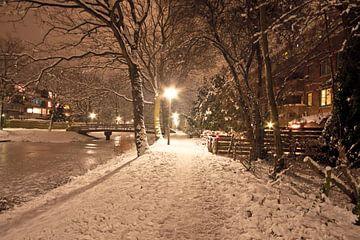 Das verschneite Amsterdam im Winter bei Nacht von Nisangha Masselink