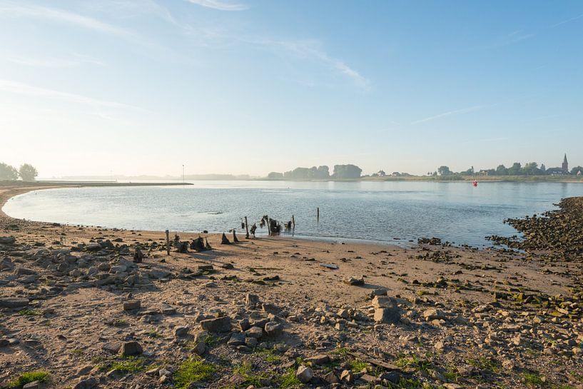 Waaloever in de vroege ochtend van Ruud Morijn
