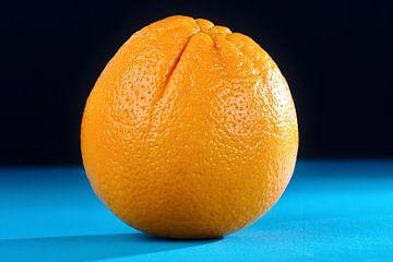 Sinaasappel op Blauw van Jan Brons