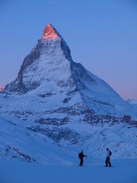Wintersportler am Matterhorn im Sonnenaufgang von