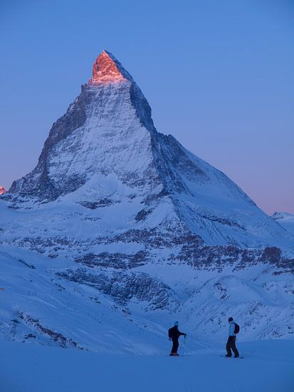 Wintersportler am Matterhorn im Sonnenaufgang