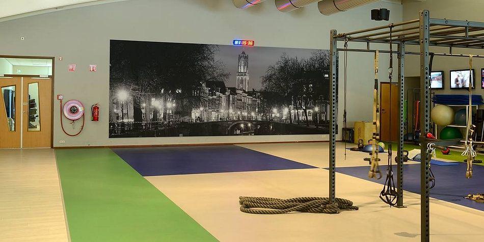Klantfoto: Zicht op Zandbrug en Oudegracht in Utrecht vanaf de Bemuurde Weerd, ZWART WIT van Donker Utrecht
