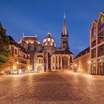 De kathedraal van Aken bij nacht van Michael Valjak