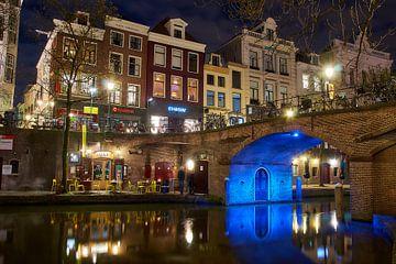 Sfeervol Utrecht, avondfotografie aan de Oude Gracht, doorkijkje onder de brug sur Ad Jekel