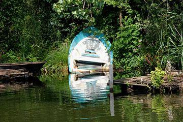 Boot langs de rivier de Linge. van Ad Hoeks