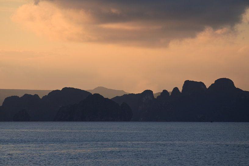 Sunset Halong Bay Vietnam van Wanda Boeije