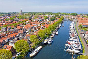 Luchtfoto van de haven en stadje Enkhuizen van Nisangha Masselink