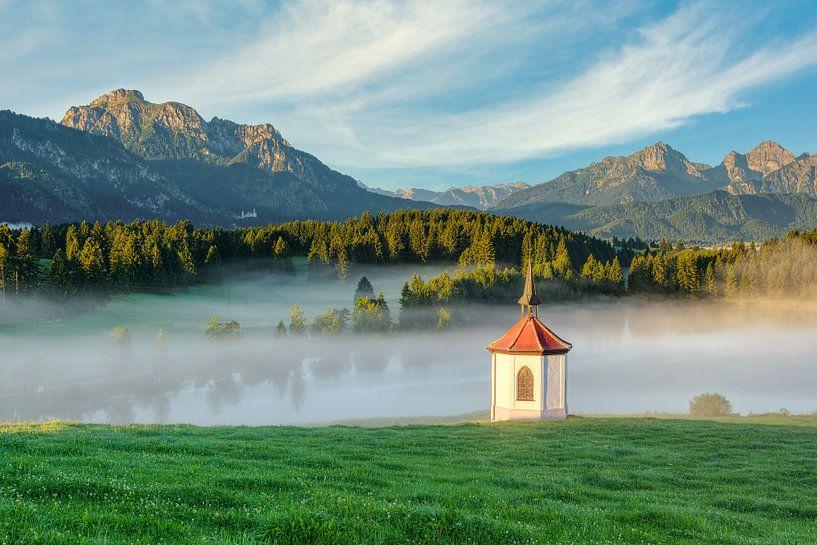 Kapelle am Hergratsrieder See von Michael Valjak