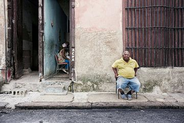 Homme cubain devant sa maison à La Havane, Cuba sur Tjeerd Kruse