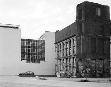 Contrastes dans le centre-ville de Leipzig - ruine du Karlshof à côté d'une façade de bureau lisse sur