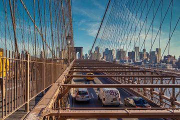 De Brug van Brooklyn in NYC mening van het daglicht met auto's die zich op de brug, skyline en wolke van Mohamed Abdelrazek