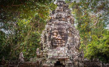 Porte d'accès au temple Bayon avec des visages, Angkor Thom, Cambodge sur Rietje Bulthuis