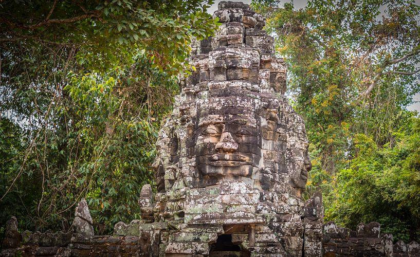 Toegangspoort naar Bayon tempel met gezichten, Angkor Thom, Cambodja van Rietje Bulthuis