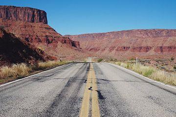 Typisch amerikanischer Road Trip, Straße mit atemberaubender Canyon-Landschaft in Utah von Michiel Dros