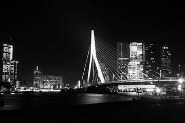Erasmusbrug Rotterdam in de avond zwart-wit von Dexter Reijsmeijer