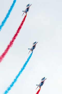 Patrouille de France met rode en blauwe rook van Wim Stolwerk