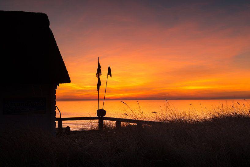 Stimmungsvoller Sonnenaufgang am Strand von Scharbeutz. von Voss Fine Art Fotografie