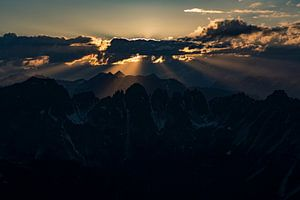 Prachtige zonnestralen.  Zonsondergang Axamer Lizum.