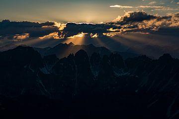 Prachtige zonnestralen.  Zonsondergang Axamer Lizum. van
