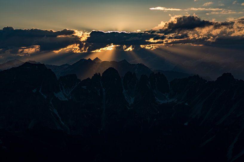 Prachtige zonnestralen.  Zonsondergang Axamer Lizum. van Hidde Hageman
