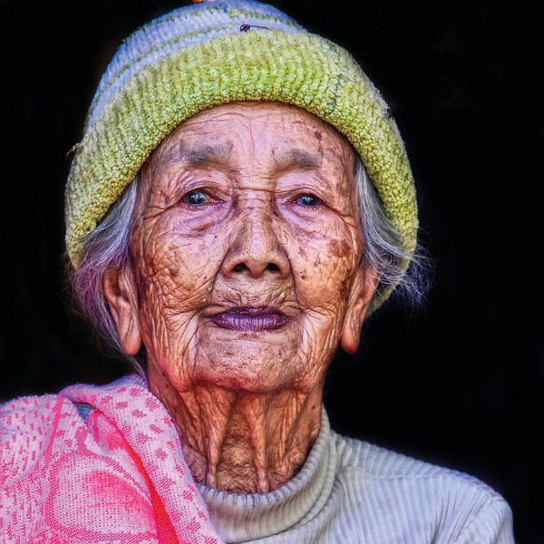 Oude vrouw op Bali van Ewout Paulusma