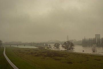 Zicht op Arnhem met hoogwater en mist van Jan-Matthijs van Belzen